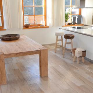dubový stůl v ineriéru