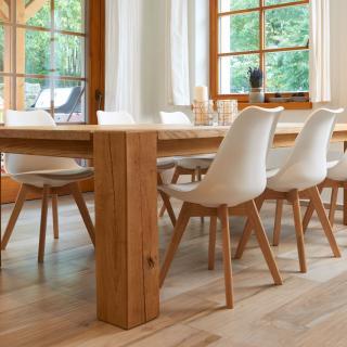 dubový stůl s židlemi v interieru