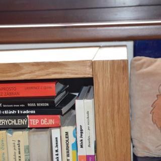 detail dubové knihovny - struktura dřeva